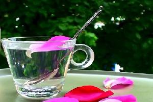 نوشیدن سه قاشق گلاب در هنگام افطار، توصیه ما به شما