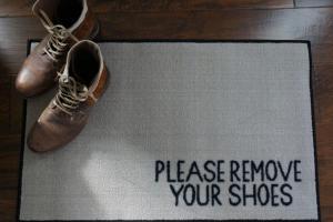 چرا می گویند با کفش وارد خانه نشوید