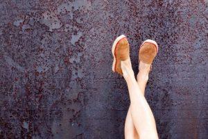 فواید چسباندن پاها به دیوار