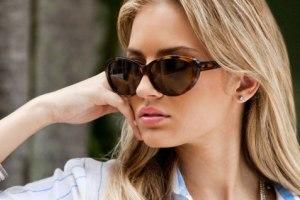 عینک های آفتابی برای محافظت از چشم ضروری هستند