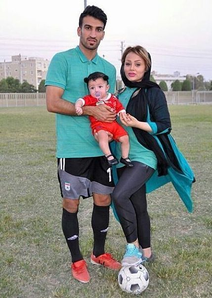 حسین ماهینی در کنار همسر و دخترش