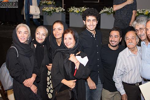 لیلی رشیدی و پسرش و جمعی از هنرمندان در مراسم اهدای نشان داوود رشیدی