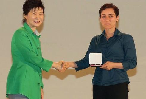مريم ميرزاخاني در حال دريافت مدال فيلدز از رئيس جمهور کره جنوبي