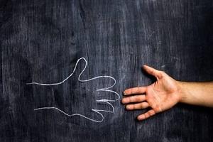 دست دادن خانم به آقا با دستکش اشکالی ندارد