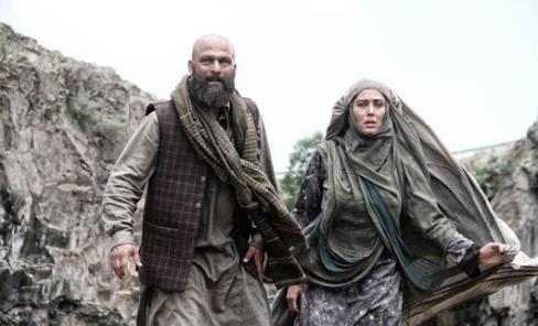 مهتاب کرامتی و حسین یاری در نمایی از فیلم مزار شریف