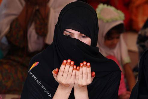 یک دختر پاکستانی در حال عبادت در مسجدشاهی در ماه رمضان