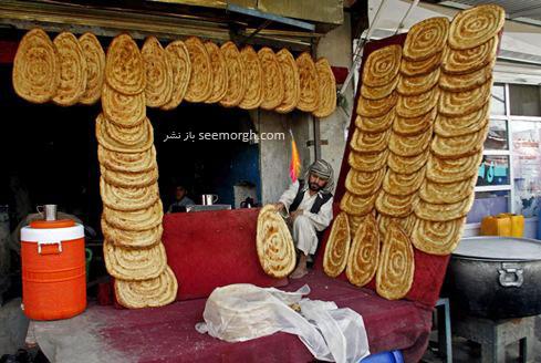 تزیین یک نانوایی توسط مرد افغان در ماه مبارک رمضان