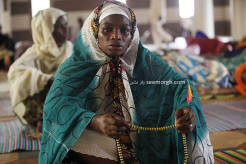 یک خانم نیجریه ای در حال عبادت در ماه رمضان