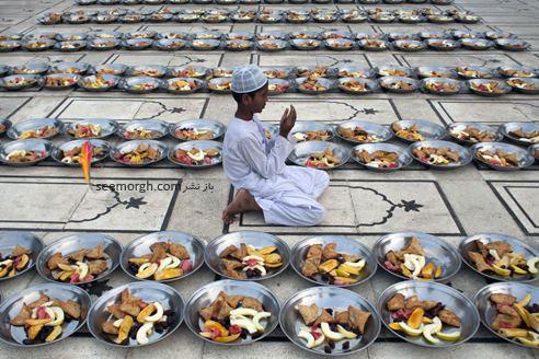 یک پسر پاکستانی در حال عبادت در مسجد مرکزی در ماه رمضان