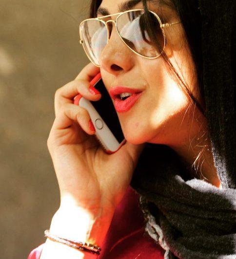 آزاده صمدی در حال صحبت با تلفن همراه