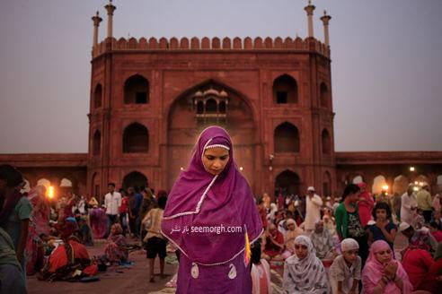 نماز خواندن یک دختر پاکستانی بعد از افطار در ماه رمضان