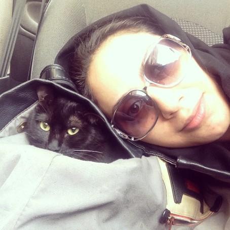 سلفی گرفتن مونا فرجاد با حیوان خانگی اش