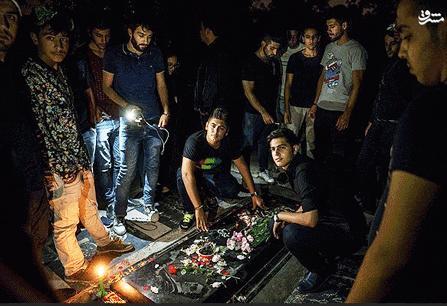 حضور مردم بر مزار مرحوم مرتضی پاشایی در شب قدر