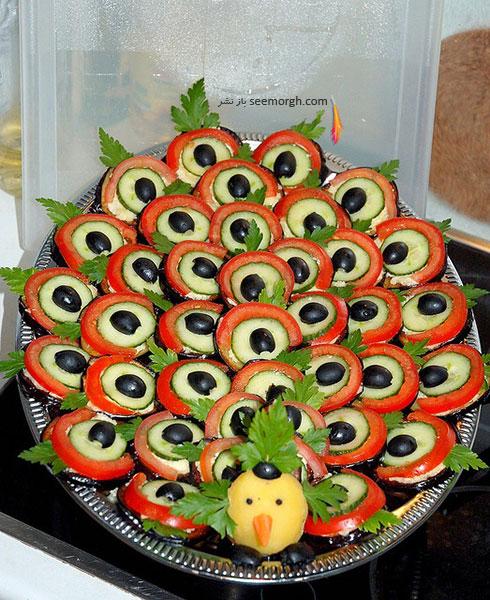 تزیین سالاد سبزیجات با خیار، گوجه، زیتون و سیب زمینی