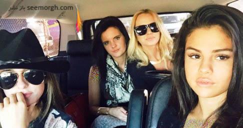 سلنا گومز و دوستانش در اتومبیل وی