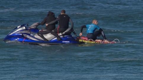 قایق نجات به کمک موج سوار آمد