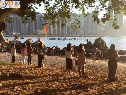 زنان در ساحل درحال دریافت انرژی از خورشید 2