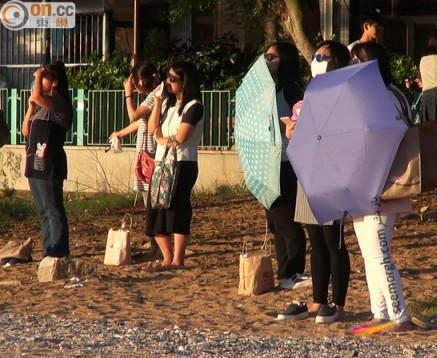 زنان در ساحل درحال دریافت انرژی از خورشید 1