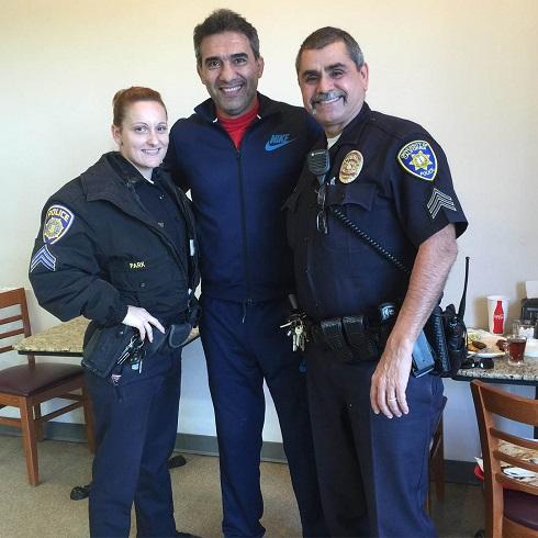 عکس عابدزاده در کنار پلیس زن آمریکایی