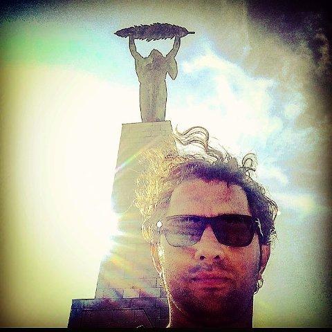 بهرام رادان در کنار مجسمه آزادی