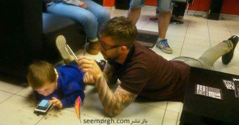 خوابیدن آرایشگر برروی زمین