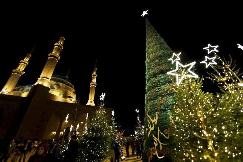 درخت کریسمس در مقابل مسجد امین در بیروت لبان