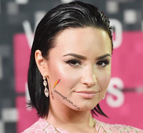 آرایش چشم گربه ای دمی لواتو Demi Lovato روی فرش قرمز