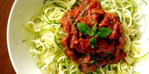 اسپاگتی کدوسبز خام با سس مارینارا ( سس گوجه فرنگی و سیر )