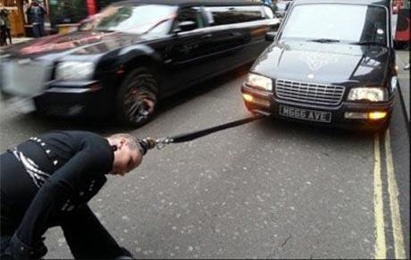 زن درحال کشیدن یک ماشین با مو هایش!