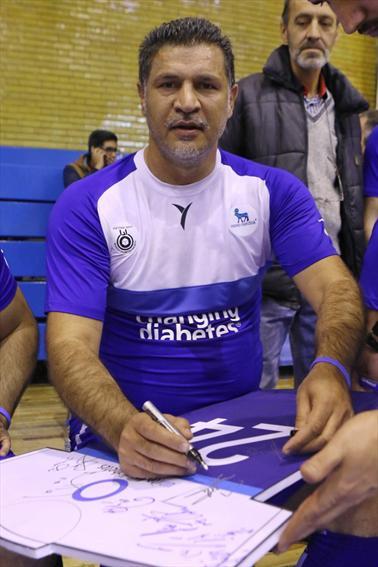 امضای علی دایی برا روی ماکت پیراهن با شماره 24 متعلق به هادی نوروزی