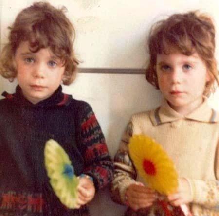 چهره این دو خواهر در کودکی