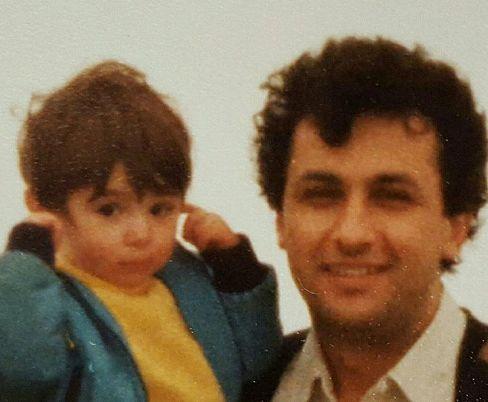 عکس کودکی نیوشا ضیغمی در کنار پدرش