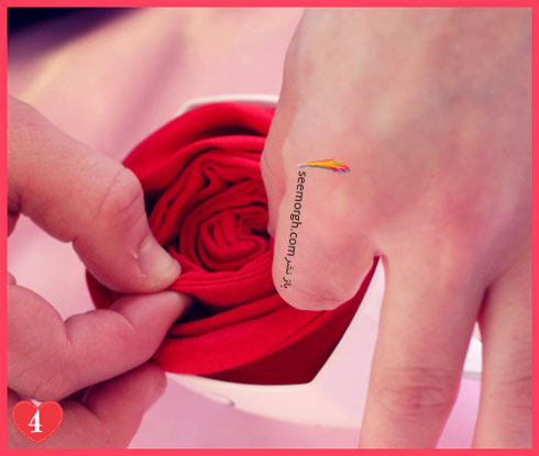 مرحله سوم تزیین دستمال سفره به شکل گل رز