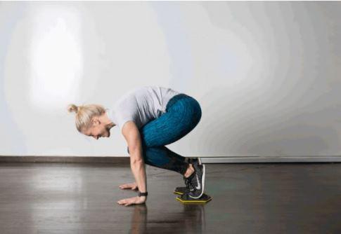 حرکت Slider Knee Tuck برای کوچک کردن شکم