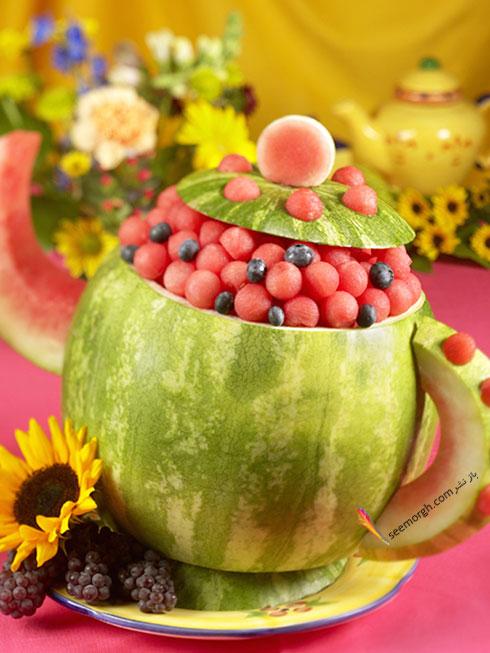 تزیین هندوانه شب یلدا به شکل قوری پر از میوه