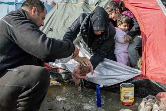 کودک پناهجوی سوری در مرز اروپا و در چادر موقت متولد شد