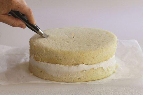 ششمین مرحله درست کردن کیک قلبی برای ولنتاین