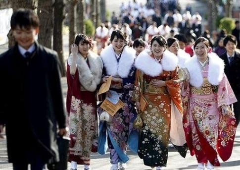 تلاش زنان جوان ژاپنی برای زنده نگه داشتن لباس های سنتی! عکس