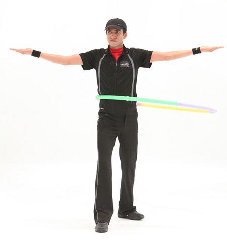 حرکت ششم با هولاهوپ برای کوچک کردن شکم و پهلو : راه رفتن با هولاهوپ
