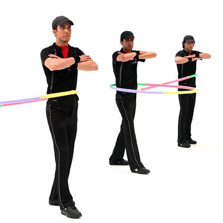 حرکت نهم با هولاهوپ برای کوچک کردن شکم و پهلو : چرخش پاها