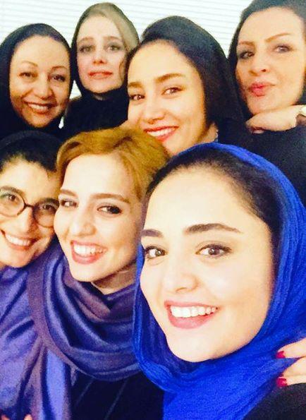 نرگس محمدی و خواهرش و پشت آنها بهاره افشاری