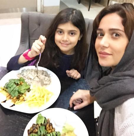 پریناز ایزدیار در کنار خواهرزاده اش