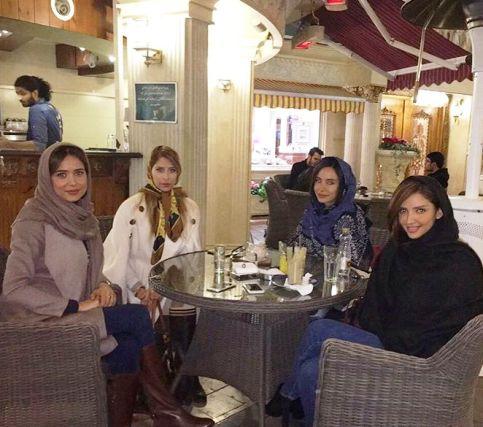 پریناز ایزدیار و دوستانش در یک کافه