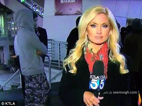ترساندن خانم گزارشگر در حال گزارش زنده توسط پسر غریبه! عکس