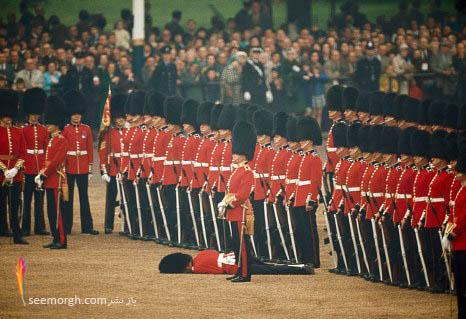 نظامیان ایرلندی و غش کردن یکی از آنها در مراسمی در لندن 1966
