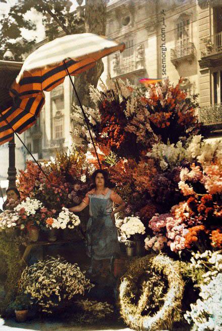یک زن فروشنده گل در بارسلونا اسپانیا در سال 1929
