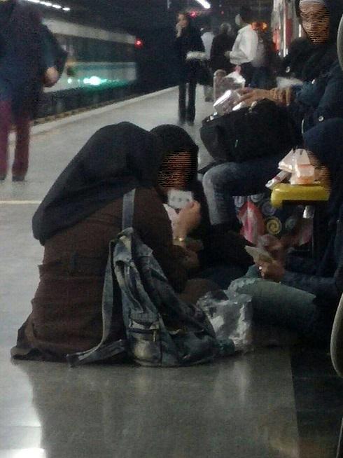 پاسور بازی دختران جوان در مترو
