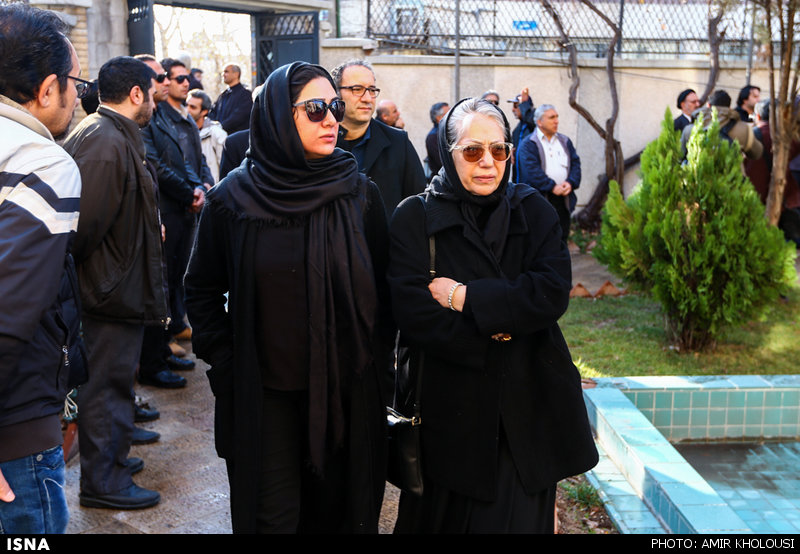 باران کوثری و رخشان بنی اعتماد در مراسم خاکسپاری یدالله نجفی -7