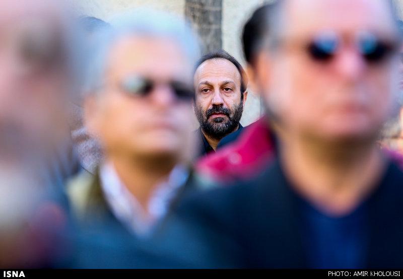 اصغر فرهادی در مراسم خاکسپاری یدالله نجفی -4