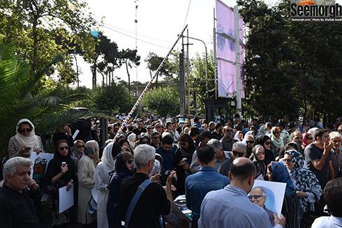 حضور مردم در خیابان های اطراف مراسم تشییع پیکر عباس کیارستمی